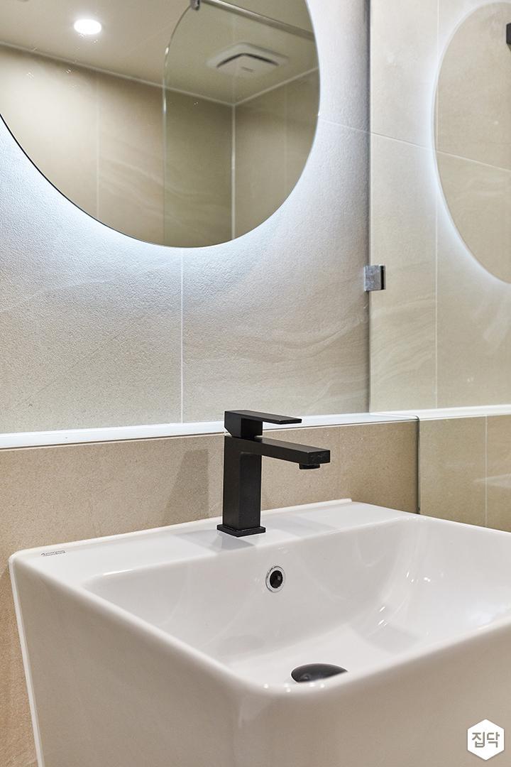 아이보리,블랙,모던,내추럴,욕실,간접조명,거울,세면대