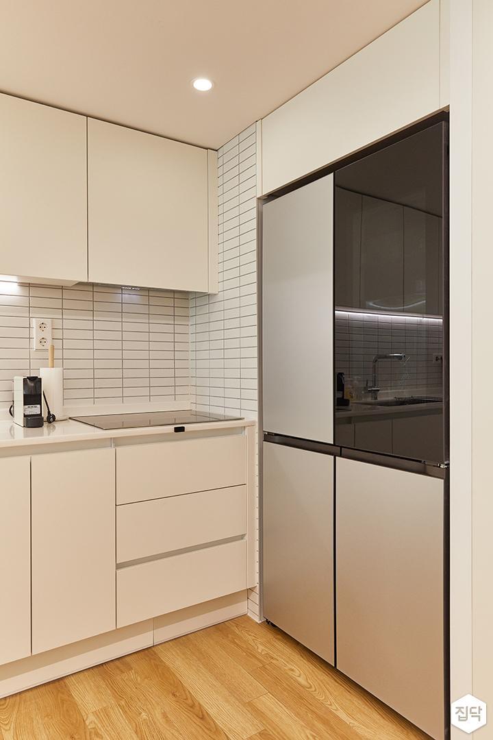 화이트,모던,내추럴,주방,주방타일,간접조명,냉장고장,후드,수납장