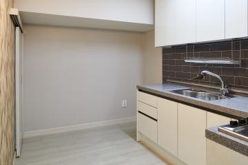 효율적인 공간구성으로 밝고 깨끗한 주택 리모델링 22평,그레이,심플,주택,석관동,쾌적함을위해,냉난방비절감,소음차단,단점개선,좁은집을넓게,공사종류,철거후올수리,구조변경,집상황,낡은집,노후주택,화이트,우드,다크그레이,파벽돌