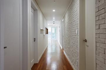 화이트 파벽돌로 포인트를 준 47평 내츄럴 아파트 인테리어 반복패턴,서브웨이패턴,스타일포인트,벽돌장식,수납력강화,맞춤장설치,맞춤시설제작,47평,브라운,내츄럴,아파트,마포구