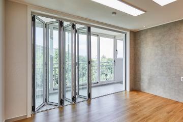 폴딩도어로 거실에서 자연을 품은 30평대 아파트 비앙코카라라패턴,아트월,자연이함께한,요즘뜨는지역,샤시교체,집값오르는인테리어,쾌적함을위해,좁은집을넓게,35평,아파트,은평구,녹번동