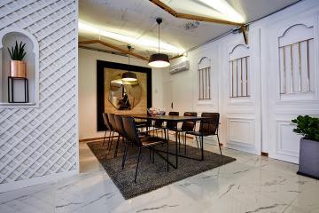 황동 재질을 활용한 화이트 & 골드 컨셉 빈티지 카페