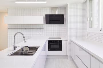 대면형 주방이 있는 30평대 아파트 심플 화이트 인테리어 요즘뜨는지역,살기좋은지역,맞춤장설치,생활패턴에맞춘,실용성중시,맞춤시설제작,쾌적함을위해,불편함없이,대면형주방,남양주,금곡리,34평