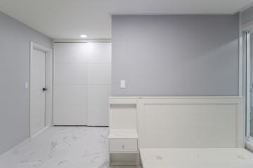 가벽으로 공간 활용도를 높인 30평대 아파트 인테리어 비앙코카라라패턴,오래된건물,샤시교체,구조변경,수납력강화,단점개선,화이트,그레이,블루,부산진구,개금동,32평,아파트