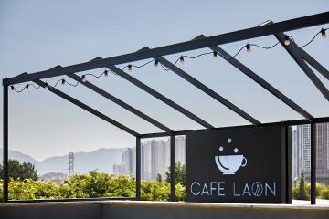 블랙의 모던함이 돋보이는 카페 간판 디자인