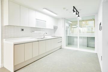 넓고 깔끔한 주방이 돋보이는 20평대 아파트 인테리어