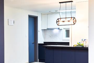 네이비 포인트로 생동감 더한 30평대 아파트 인테리어