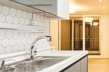 클래식 모던 스타일의 20평대 아파트 인테리어 스타일포인트,디자인장판,웨인스코팅,스페셜스타일,고풍스러운,합리적인,가성비좋은,집값오르는인테리어,생활패턴에맞춘,쾌적함을위해,이유있는변신,조리공간확보,부천,상동,23평,화이트