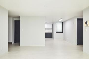 검은색 문과 창틀을 포인트로 활용한 아파트 인테리어