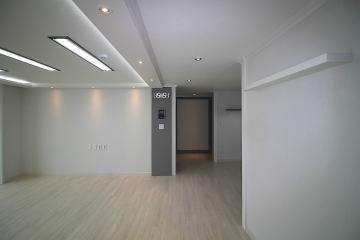 그레이 포인트 컬러가 잘 어우러진 심플한 32평 아파트 인테리어