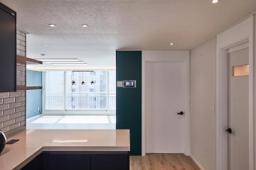 짙은 네이비 색상과 화이트의 조화, 32평 아파트 인테리어 합리적인,수납력강화,맞춤장설치,생활패턴에맞춘,실용성중시,동작구,상도동,상도쌍용스윗닷홈,32평,화이트,네이비
