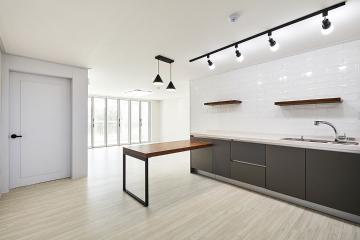 화이트, 블랙과 우드가 어우러진 32평 아파트 인테리어 32평,화이트,모던,아파트,경기,이천시