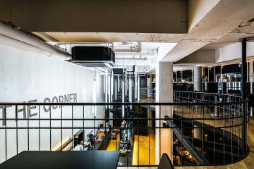 대지의 특성을 반영해 디자인 된 42평 카페 인테리어