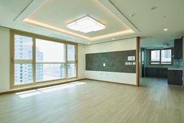 화이트 모던과 내츄럴 우드의 세련된 조합, 44평 아파트 인테리어