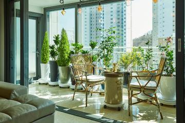티타임 즐기기에 딱 좋은 내츄럴한 발코니의 63평 아파트 인테리어