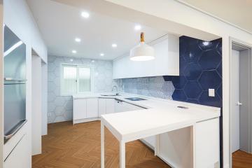 블루 헥사곤 타일로 매력을 더한 주방 26평 아파트 인테리어 26평,화이트,심플,아파트,송파