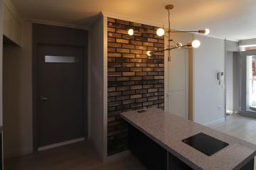 포인트 벽돌 장식과 펜던트 조명의 조화, 32평 주택 인테리어 32평,그레이,모던,빈티지,주택,인천,미추홀