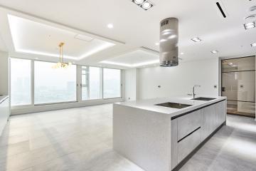밝은 컬러와 매트한 재질의 조합, 54평 아파트 인테리어