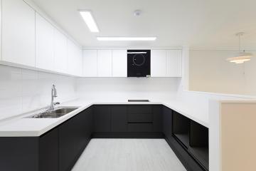 가벽으로 깔끔하게 공간을 나눈 주방의 45평 아파트 인테리어 45평,화이트,심플,아파트,용인,수지