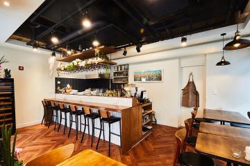 고급스러운 목재 사용으로 완성된 10평대 와인 레스토랑 인테리어