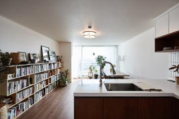 우드&화이트 컬러의 분위기 사로잡는 매력적인 공간, 28평 아파트 인테리어