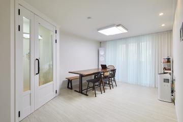 화이트 컬러에 원목가구로 센스 있는 인테리어, 24평 아파트 인테리어