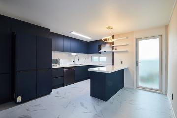 반려묘를 배려한 화이트&블루 컬러의 인테리어, 39평 아파트 인테리어