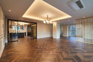 웨인스코팅과 클래식한 헤링본 마루로 꾸며진 60평대 아파트 인테리어