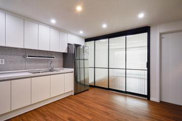 우드 마루와 4연동 도어로 집을 넓고 깔끔하게 꾸민 20평대 아파트 24평,20평대,성북구,동소문동