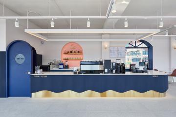 강물과 같은 블루 컬러로 시원하고 깔끔하게, 40평대 카페