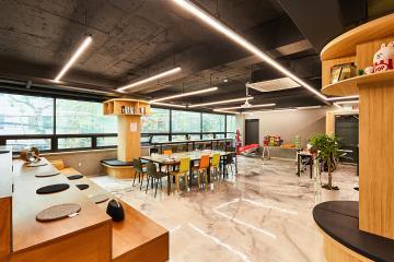 미니멀한 사무실 아래층에 자리한 빈티지한 강의실. 100평대 학원
