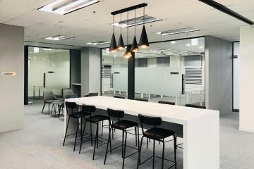 화이트 컬러에 블랙 포인트를 준 200평 사무실