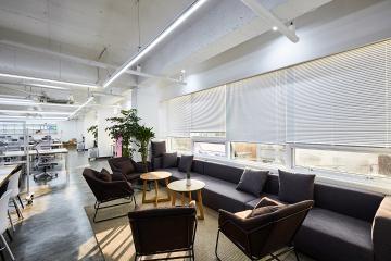 라인조명으로 꾸며진 넓고 쾌적한 90평대 사무실