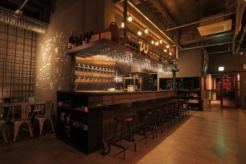 거친 인더스트리얼 스타일의 분위기 있는 공간, 90평대 술집