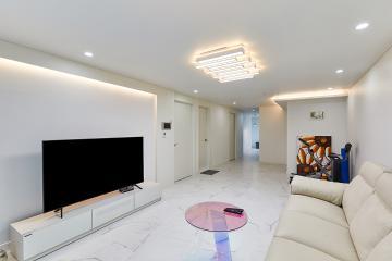 긴 구조에 간접조명이 더해져 더욱 넓어보이는 30평대 아파트