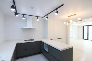밝은 분위기에 어두운 포인트를 더한 40평대 아파트