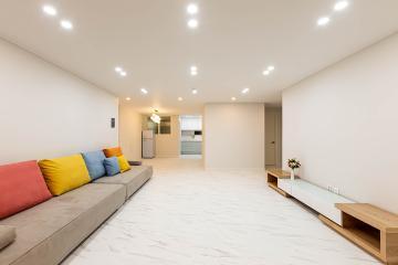 화이트와 스카이 블루 컬러를 이용한 자연스러운 연출, 40평대 아파트