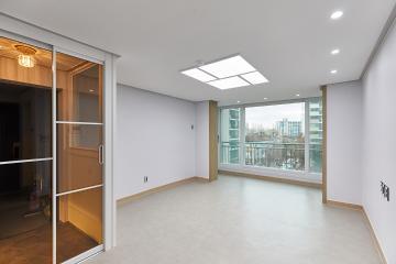 거실에 우드와 조명 포인트로 밋밋하지 않게 꾸며진 20평대 아파트 부천시,중동,20평대,23평