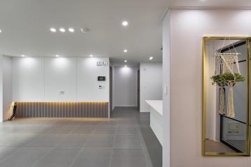깨끗한 거실에 은은한 불빛으로 따뜻함 더하기 33평,30평대,부산,문현동,화이트인테리어,골드포인트