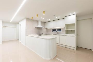 특별한 공간 배치로 카페인 듯, 주방인 듯!  33평,30평대,굿모닝힐아파트,화이트인테리어,골드인테리어