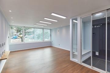 포근한 마루 바닥과 청량한 느낌의 벽지 20평대,25평