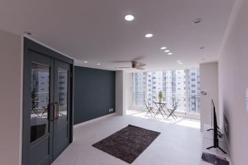 특별한 각도의 중문으로 현관을 넓게 만들어준 공간 그린&골드 그린,모던,다채로운컬러