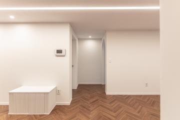 벽에서 보이는 곡선과 천장에서 보여지는 반듯한 라인조명의 조화