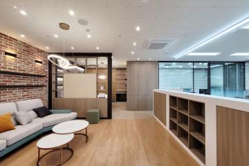 조명과 마감재로 구획을 나눈 30평대 사무실