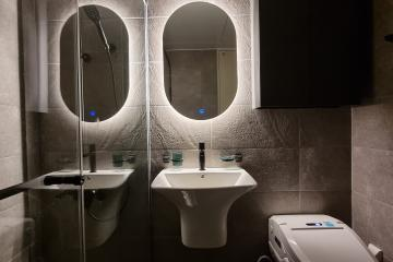 가전제품의 위치 설계를 활용하며 화장실의 포인트를 준 공간 수납력강화,헤링본,간접조명