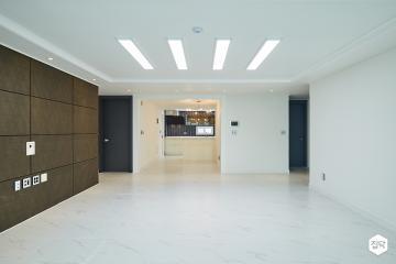 클래식과 모던이 만나 세련된 공간으로 재탄생한 40평 아파트 인테리어 40평,클래식,화이트,아파트,성북구,특별한조명,폴리싱타일,아트월,헤링본패턴