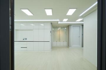 차분한 모던 컨셉 컬러로 포인트를 준 30평 빌라 인테리어 30평,모던,화이트,빌라,동작구,그레이,비포앤애프터,Before&After