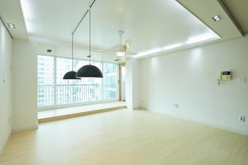독특한 형태의 실링팬이 시선강탈, 33평 아파트 인테리어 반복패턴,서브웨이패턴,스타일포인트,특별한조명,수납력강화,맞춤장설치,33평,모던,화이트,아파트,인천시